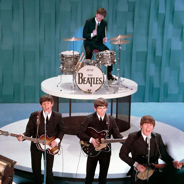 """הביטלס בהופעה המפורסמת ב""""אד סאליבן שואו"""" ב-9 בפברואר 1964 (צילום: AP Photo)"""
