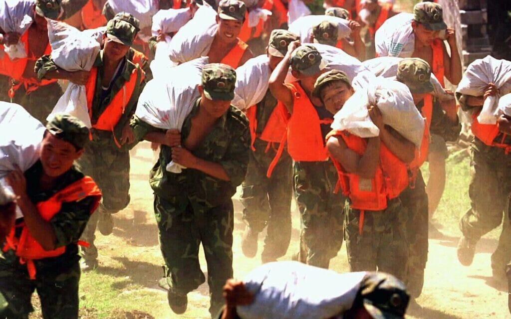 ארכיון, המאבק בשטפונות בווהאן, 1998 (צילום: AP Photo/Xinhua)
