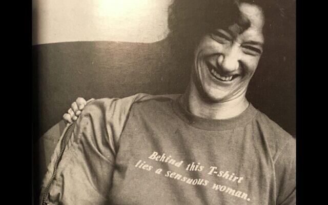 """דניס שרר ג'ייקובסון. הכיתוב על החולצה שלה: """"מאחורי החולצה הזאת נמצאת אישה חושנית"""" (צילום: נטפליקס)"""
