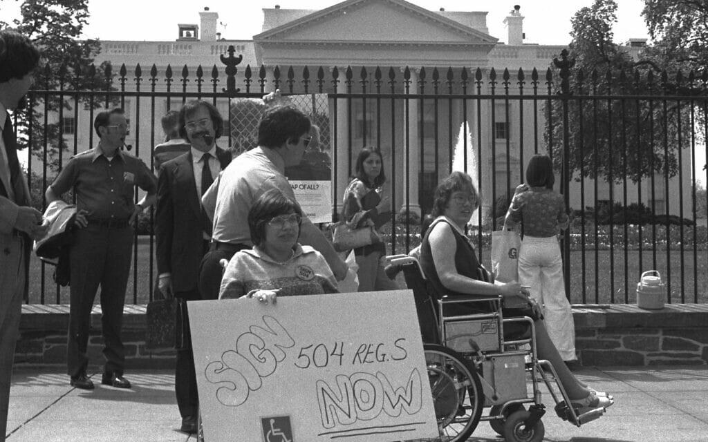 ג'ודית היומן בהפגנה מול הבית הלבן (צילום: נטפליקס)