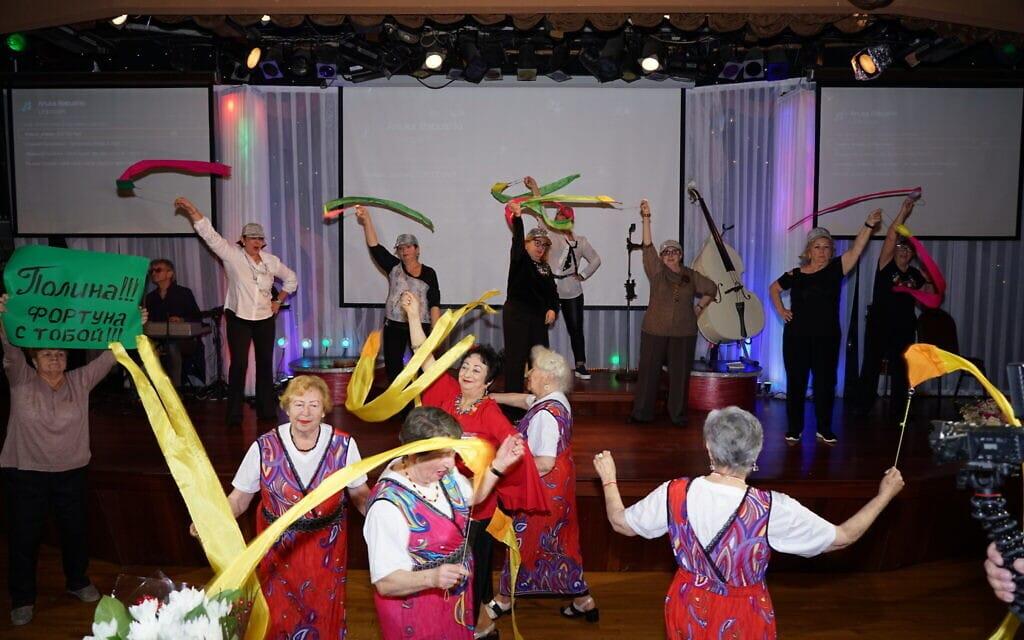"""המתחרות רוקדות בתחרות """"הוד מעלתך, סבתא"""" (צילום: Gosha Shif/Be Proud Foundation)"""