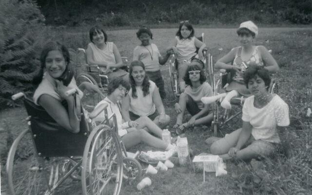 דניס שרר ג'ייקובסון (משמאל) וחברים במחנה ג'נד (צילום: Courtesy of Denise Sherer Jacobson)