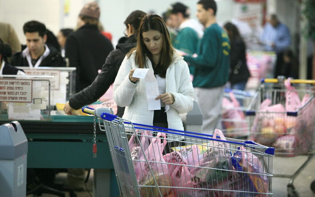 שקיות ניילון בסופרמרקט. אילוסטרציה (למצולמים אין קשר לנאמר בכתבה) (צילום: נתי שוחט/פלאש90)