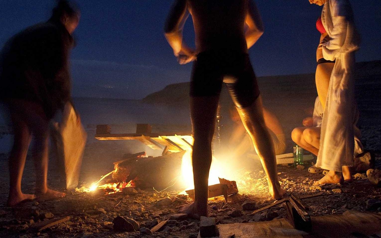 בני נוער סביב מדורה בחוף הים, אילוסטרציה, למצולמים אין קשר לנאמר בכתבה (צילום: Matanya Tausig/Flash90)