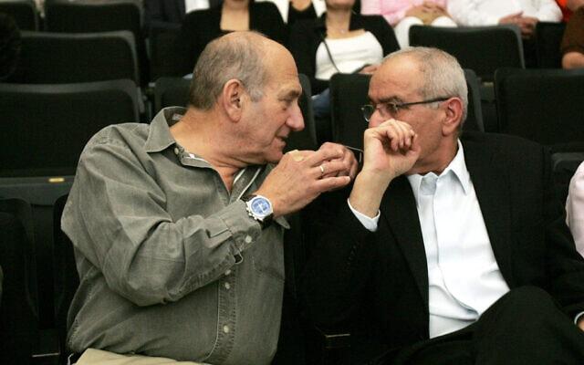 אהוד אולמרט (שמאל) ודן חלוץ. 2010 (צילום: Marko/Flash90)