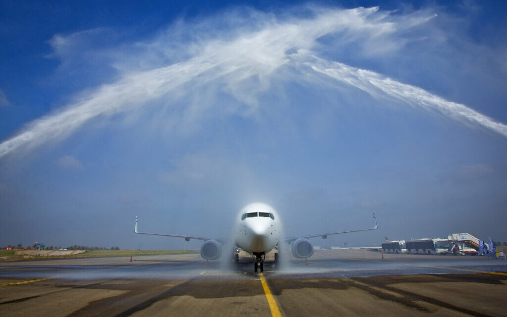 מטוס של חברת אל על נשטף בשדה התעופה בן גוריון (צילום: Moshe Shai/Flash 90)