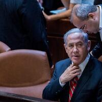 בנימין נתניהו ואחמד טיבי מסתודדים בכנסת, 2015 (צילום: Yonatan Sindel/Flash90)