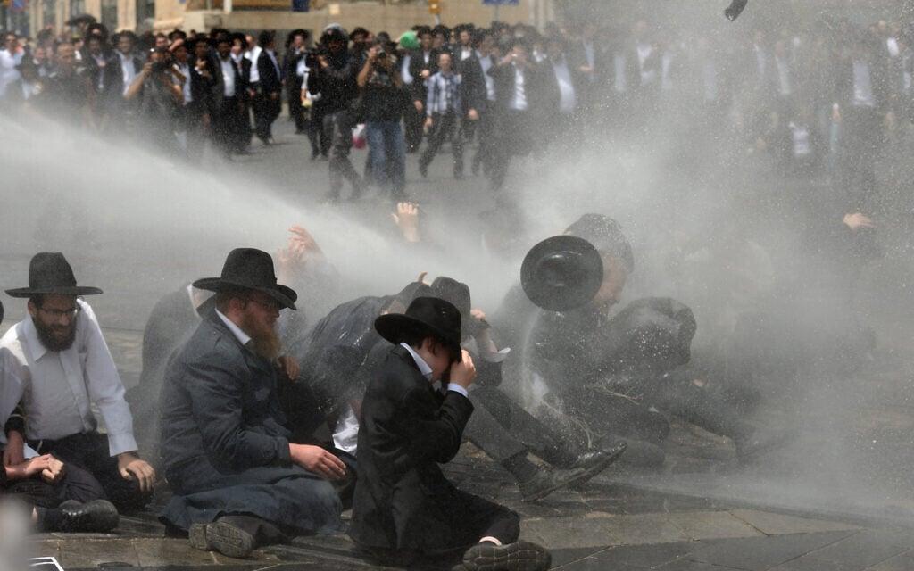 """המכת""""זית בשימוש בפיזור הפגנת החרדים בירושלים נגד חוק הגיוס, ב-2 באוגוסט 2018 (צילום: גילי יערי/פלאש90)"""