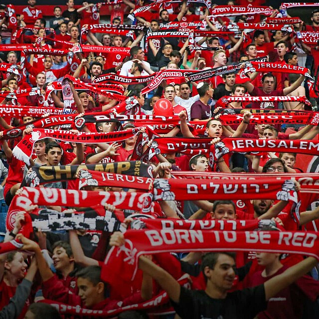 אוהדי הפועל ירושלים במשחק הצ'מפיונס ליג ב-23 באוקטובר 2019