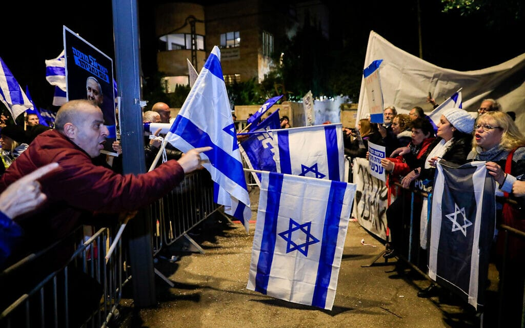 מחאת שמאל נגד השחיתות מול מחאת ימין לתמיכה בבנימין נתניהו, מול מעונו ברחוב בלפור בירושלים, דצמבר 2019 (צילום: Olivier Fitoussi/Flash90)