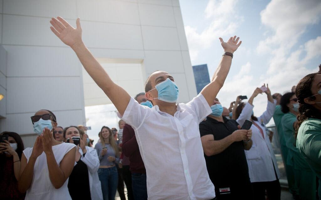 """.פרופ' רוני גמזו, כמנהל ביה""""ח איכילוב, מריע למטס האוירי של יום העצמאות לכבוד צוותי הרפואה 2020 (צילום: Miriam Alster/Flash90)"""