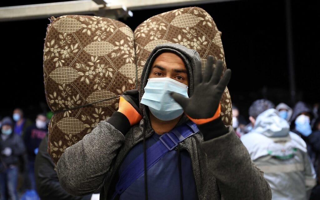 עובד פלסטיני בדרכו לישראל, מחסום מיתר הסמוך לחברון, 3 במאי 2020 (צילום: Wisam Hashlamoun/Flash90)
