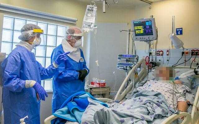 אנשי צוות רפואי באיכילוב מטפלים בחולה קורונה. מאי 2020 (צילום: Yossi Aloni/Flash90)