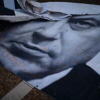 כרזות בהפגנה נגד בנימין נתניהו בכיכר רבין, 4 ביוני 2020 (צילום: תומר נויברג/פלאש90)