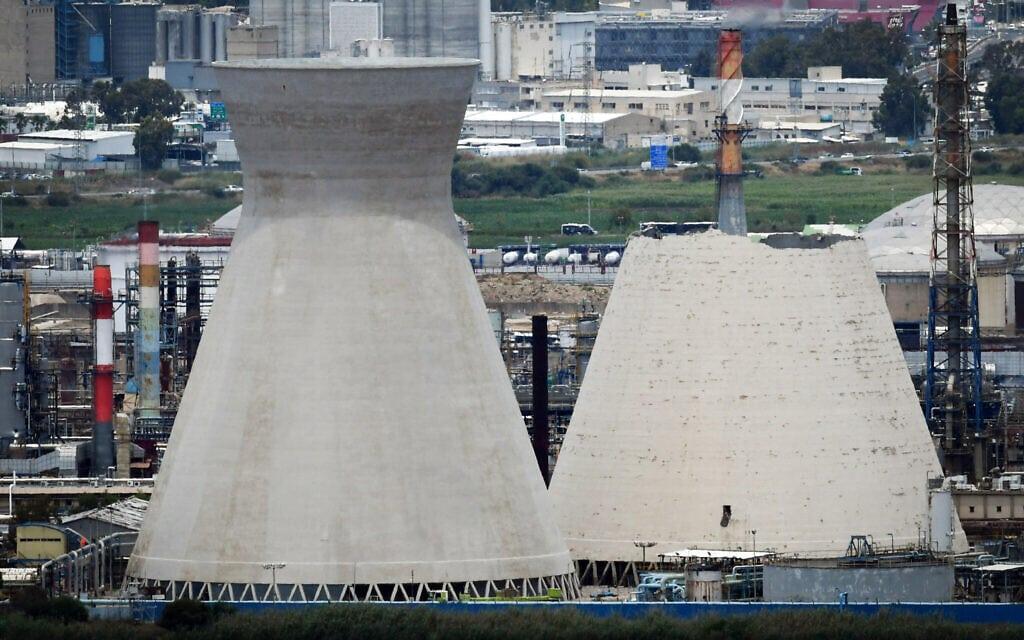 מגדלי קירור המים בבית הזיקוק במפרץ חיפה לאחר שאחד מהם התמוטט. יוני 2020 (צילום: Meir Vaknin/Flash90)