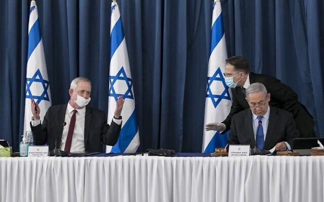 בני גנץ קובל בפני מזכיר הממשלה צחי ברוורמן ובנימין נתניהו על כך שלא ניתנה לו רשות הדיבור בפתח ישיבת הקבינט ב-28 ביוני 2020 (צילום: Olivier Fitoussi/Flash90)
