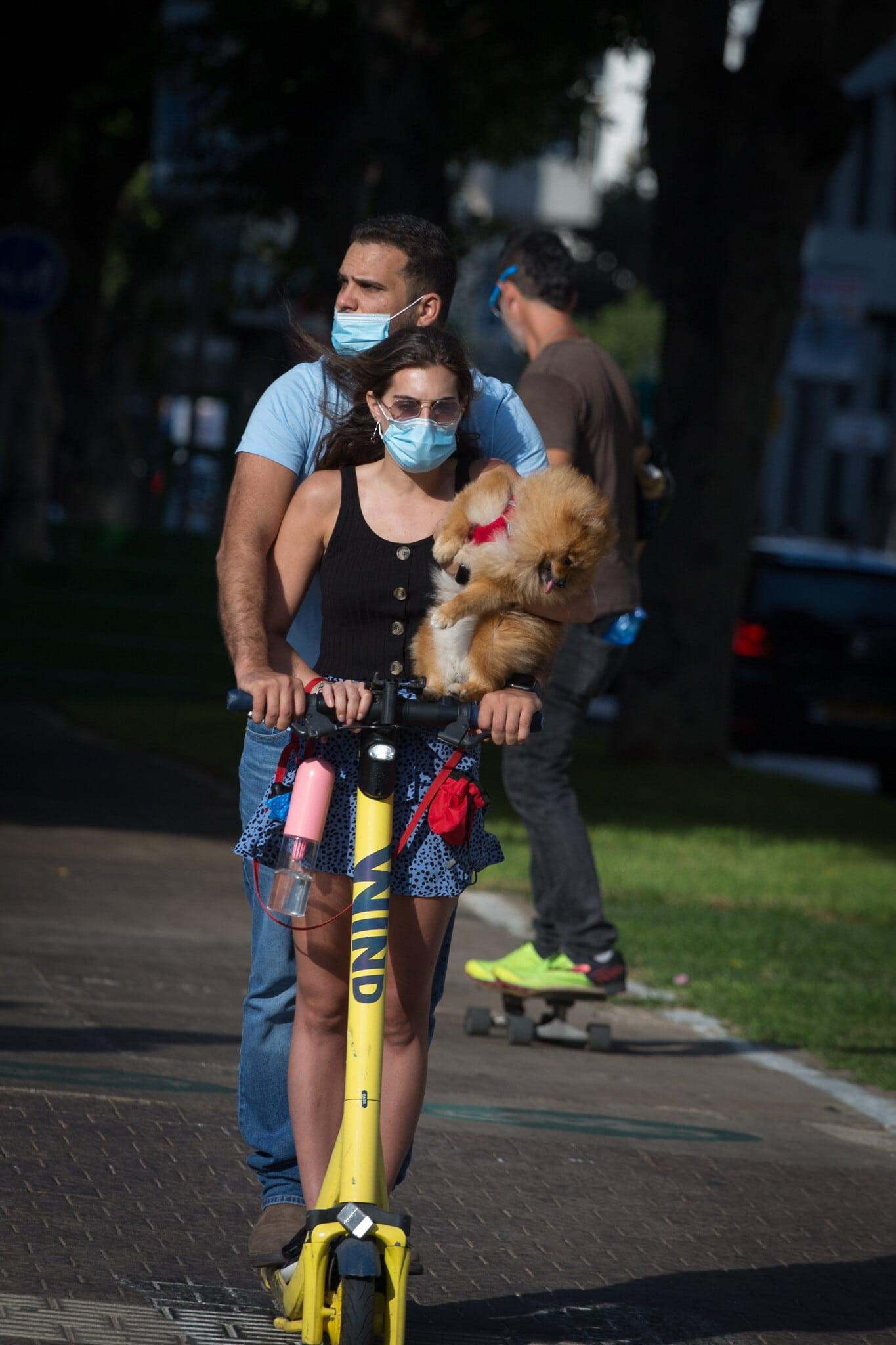 ישראלים לובשים מסכות בתל אביב, יולי 2020 (צילום: Miriam Alster/FLASH90)