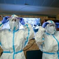 אנשי הצוות הרפואי זיו נערכים לפני תרגיל המדמה את הטיפול בחולה הנגיף. יולי 2020 (צילום: David Cohen/Flash90)