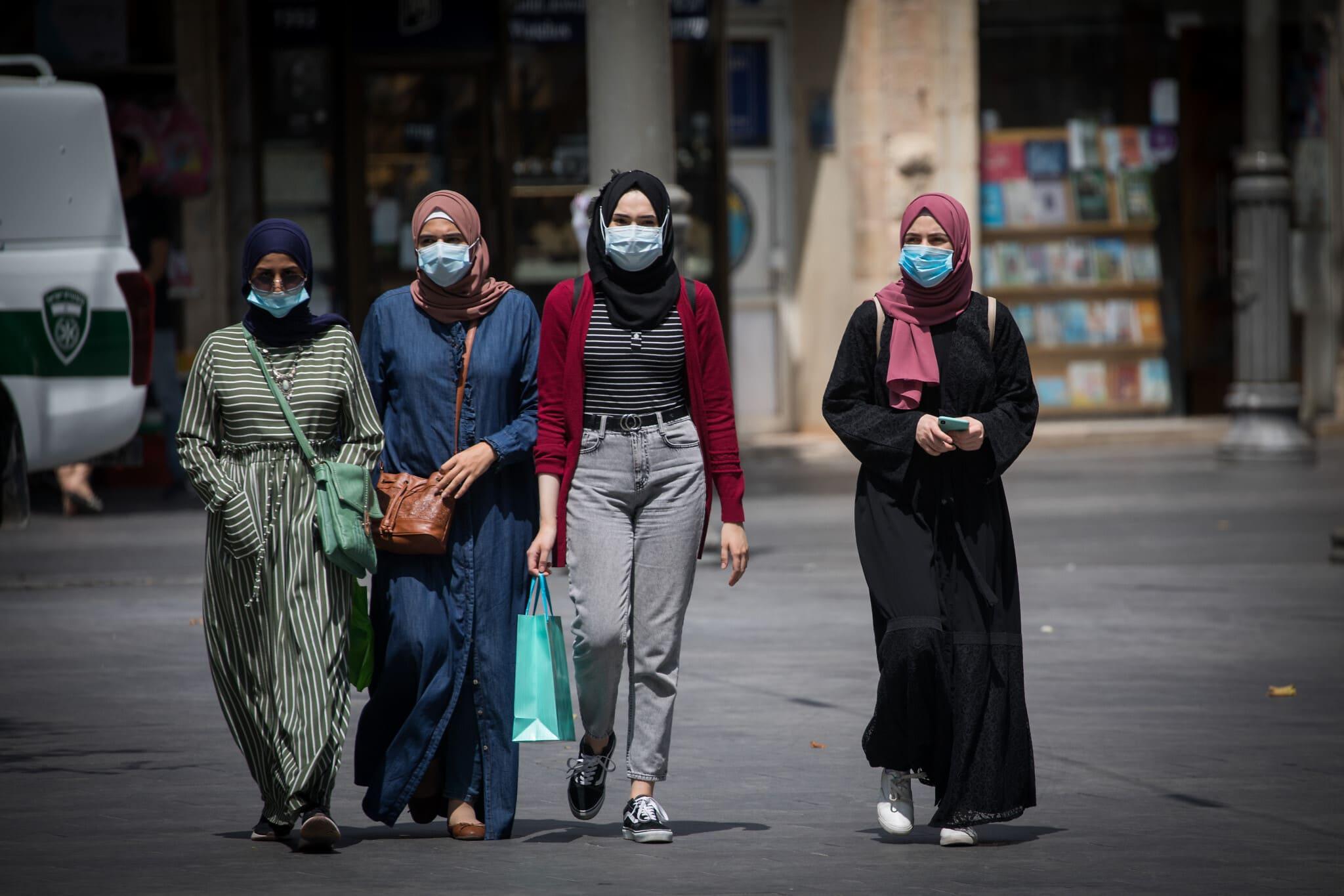 נשים לובשות מסכות בירושלים, יולי 2020 (צילום: Yonatan Sindel/Flash90)