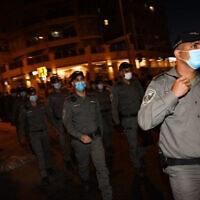 שוטרים במהלך הפגנת החרדים בירושלים נגד הסגר בשכונות החרדיות, 12 ביולי 2020 (צילום: Flash90/אוליבייה פיטוסי)