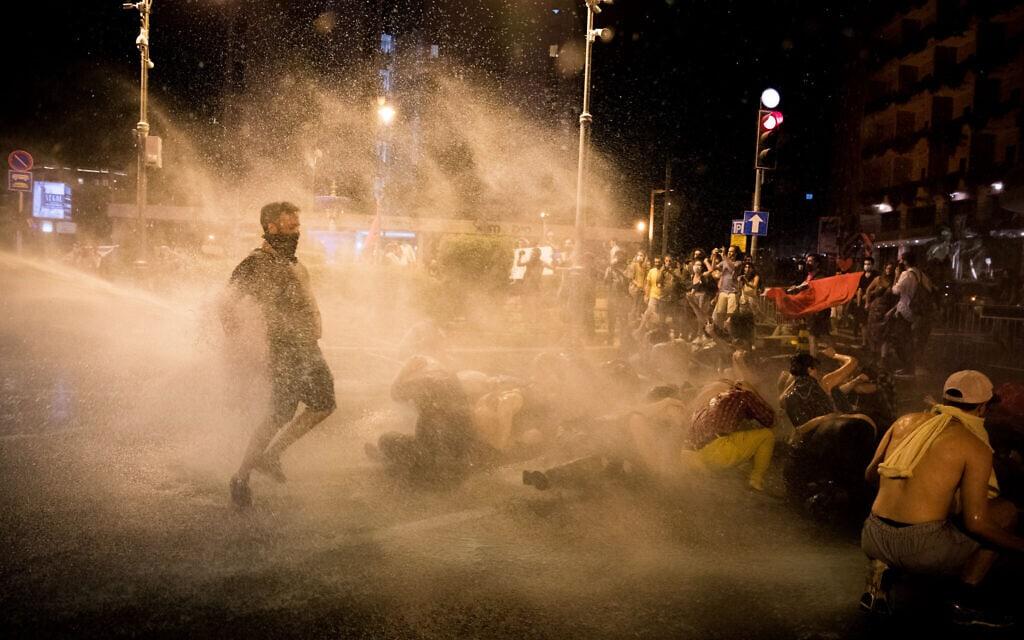 """המשטרה משתמשת במכת""""זית לפיזור ההפגנה בבלפור ב-14 ביולי 2020 (צילום: יונתן זינדל/פלאש90)"""