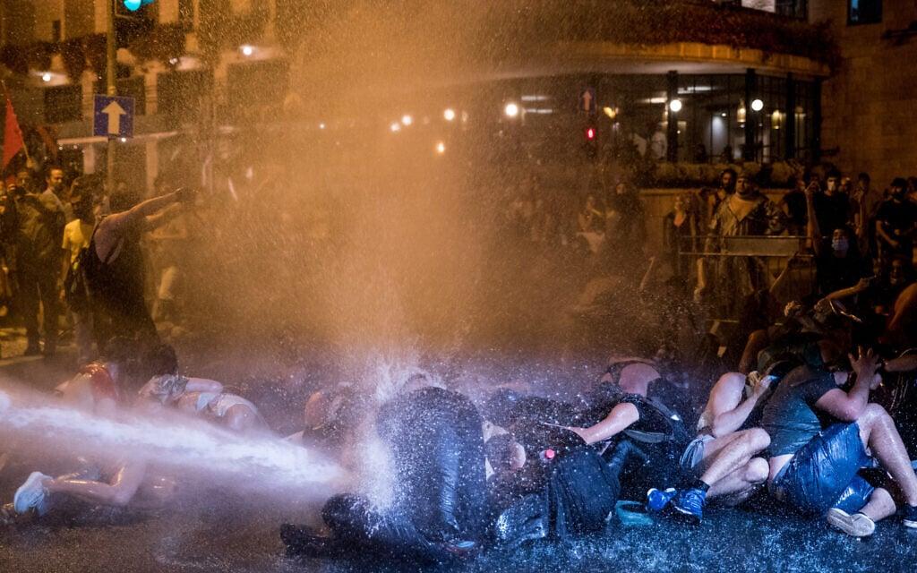 המשטרה תוקפת בזרנוקי מים מפגינים בהפגנה מול בלפור. 14 ביולי 2020 (צילום: Yonatan Sindel/Flash90)