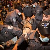 מפגין מוחזק על ידי שוטרים בהפגנות מול בית ראש הממשלה. 14 ביולי 2020 (צילום: Flash90/יונתן זינדל)