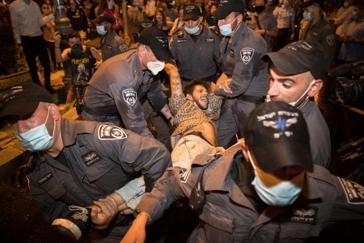 מפגין מוחזק על ידי שוטרים בהפגנות מול בית ראש הממשלה, 15 ביולי 2020 (צילום: Flash90/יונתן זינדל)