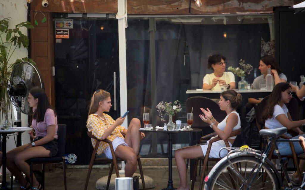 מסעדה בתל אביב, 15 ביולי 2020 (צילום: מרים אלסטר, פלאש 90)