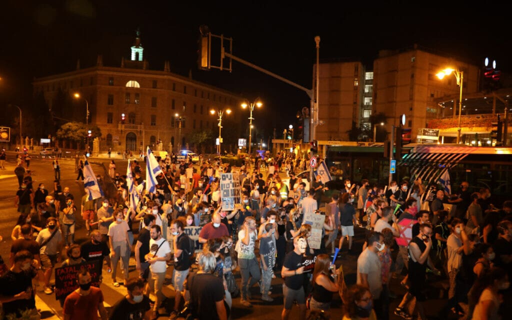 הפגנה מול ביתו של ראש הממשלה בירושלים, 18 ביולי 2020 (צילום: Flash90/אוליבייה פיטוסי)