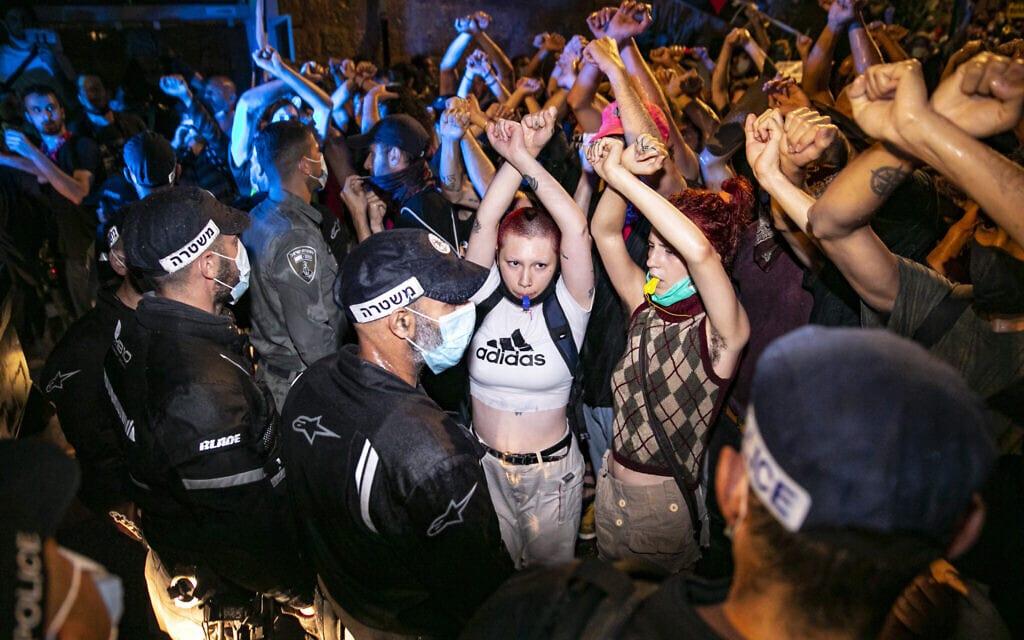 התנגשות בין המפגינים למשטרה במהלך המחאה בבלפור, ב-18 ביולי 2020 (צילום: Olivier Fitoussi/Flash90)