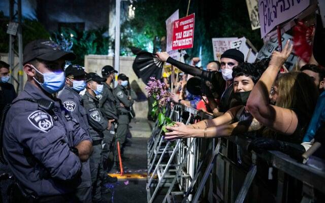 כוחות משטרה מול מפגינים, ליד בית ראש הממשלה בירושלים, 18 ביולי 2020 (צילום: אוליבייה פיטוסי, פלאש 90)