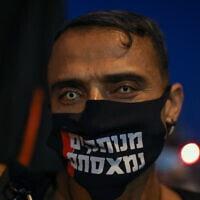אחד המפגינים בבלפור (צילום: Olivier Fitoussi/Flash90)
