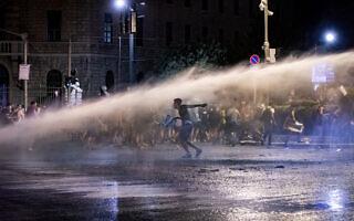 """המשטרה משתמשת במכת""""זית לפיזור ההפגנה בבלפור ב-23 ביולי 2020 (צילום: אוליביה פיטוסי/פלאש90)"""