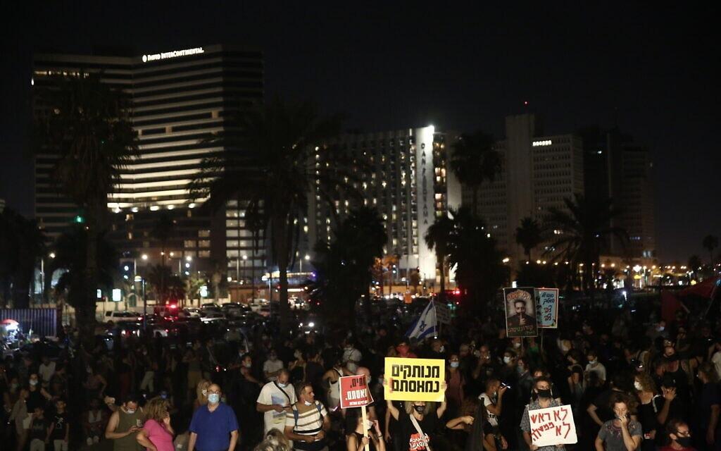 המחאה בגן צ'רלס קלור בתל אביב, 25 ביולי 2020 (צילום: מרים אלסטר/פלאש90)