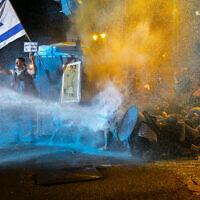"""המשטרה משתמשת במכת""""זית לפיזור ההפגנה בבלפור ב-25 ביולי 2020 (צילום: אוליביה פיטוסי/פלאש90)"""