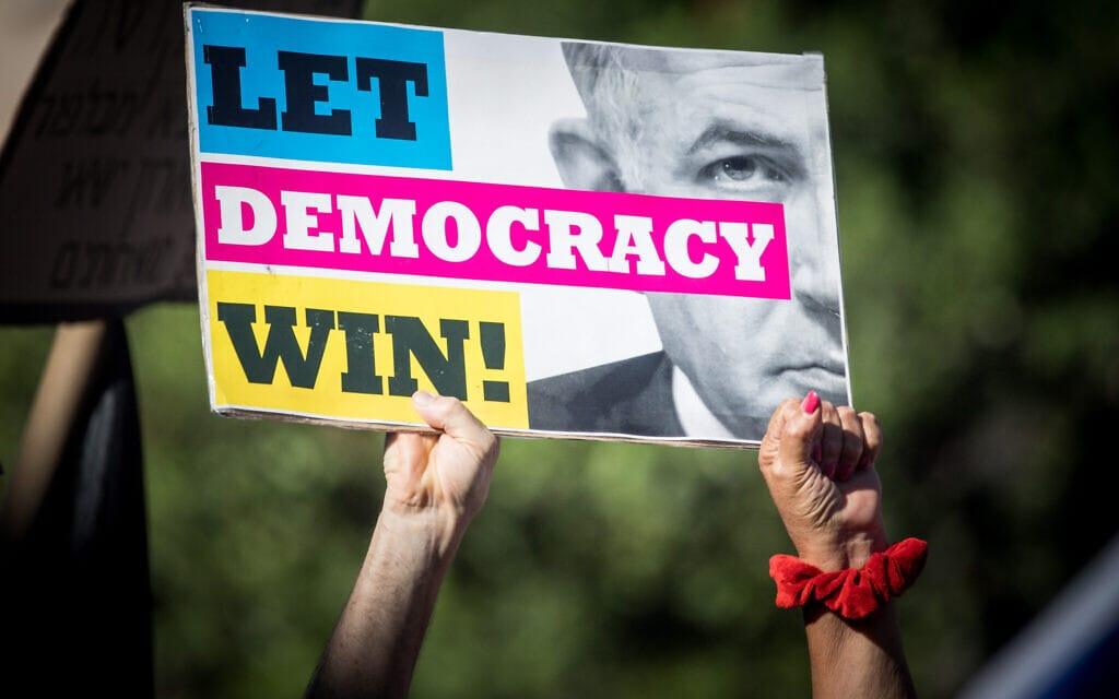 """הפגנה """"להצלת הדמוקרטיה בישראל"""" בבלפור, 17.7.2020 (צילום: יונתן זינדל/פלאש90)"""