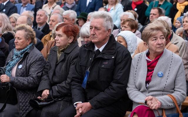 משפחה פולנית בטקס לזכרם של קרוביה שניסו להציל יהודים במהלך מלחמת העולם השנייה (צילום: באדיבות מכון פילצקי)