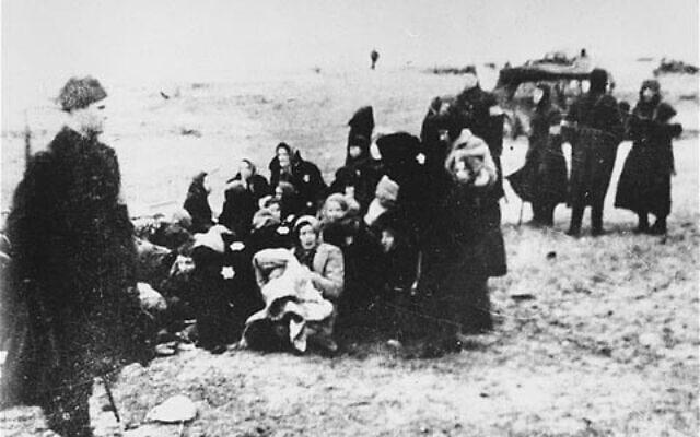 חברי יחידת מיליציה לטבית מכנסים קבוצה של נשים יהודיות לקראת רציחתן בחוף ליד העיר לייפאיה, 15 בדצמבר 1941 (צילום: הארכיון הפדרלי הגרמני)