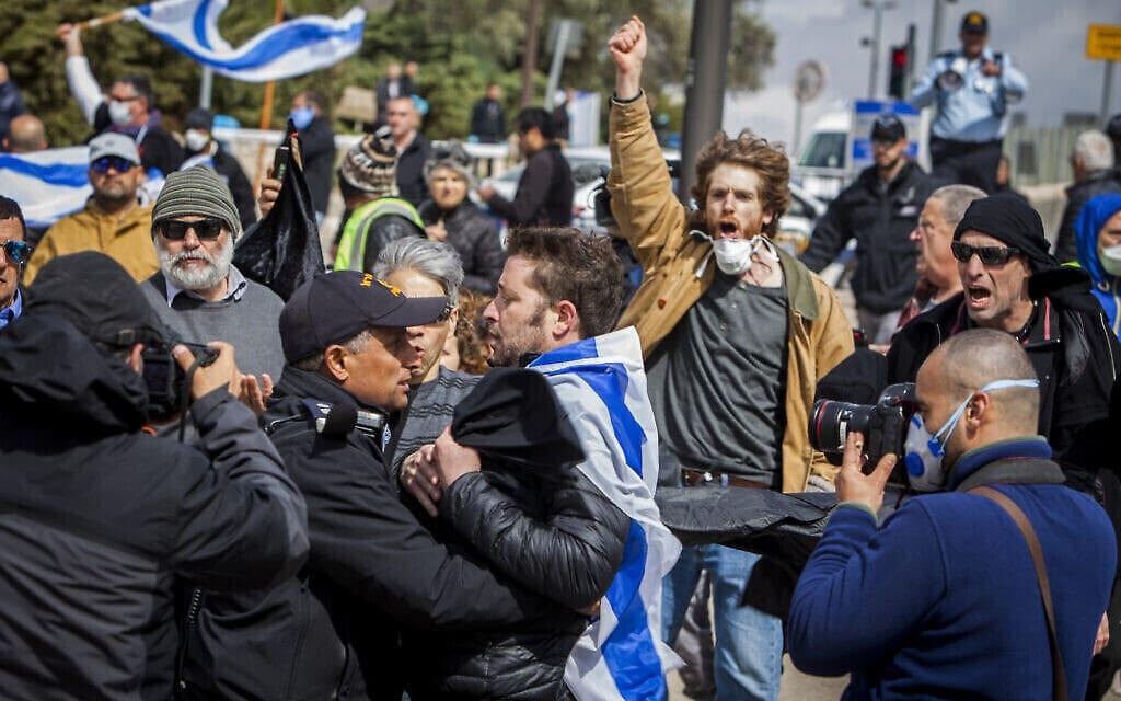 """מחאת """"הצילו את הדמוקרטיה"""" בירושלים, מרץ 2020 (צילום: March 19, 2020, AP Photo/Eyal Warshavsky)"""