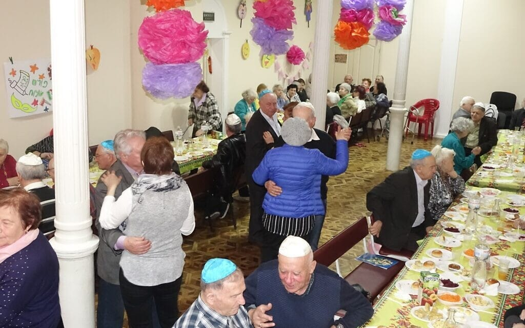 """קשישים רוקדים במסגרת תכנית של מרכז הקהילה היהודית """"מגדל"""" באודסה, ללא תאריך (צילום: באדיבות קירה ורחובסקי)"""