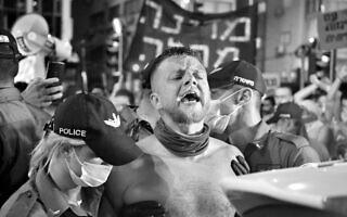 הפעיל החברתי קוסטה בלאק בהפגנות נגד ממשלת נתניהו, קיץ 2020 (צילום: רפי מיכאלי)