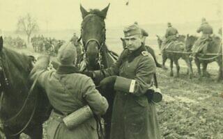 רוברט גריזינגר (מימין) במדי הוורמאכט, עם אחד הסוסים מאוגדת חיל הרגלים 25, 1939 לערך (צילום: Courtesy of Jutta Mangold)