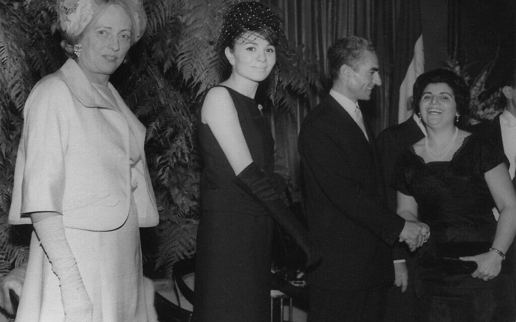 חנה, אמא של אסתר אמיני (מימין) לוחצת את ידו של שאה פהלווי, השאה האחרון של איראן, בקבלת פנים לשאה ולשהבאנו (קיסרית) פארה דיבה בוולדורף אסטוריה, ניו יורק, 1962 (צילום: Courtesy)