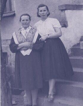 סטניסלבה בודז'ישבסקי, משמאל, הסתירה יהודים מהנאצים באסם שלה (צילום: באדיבות מכון פילצקי)
