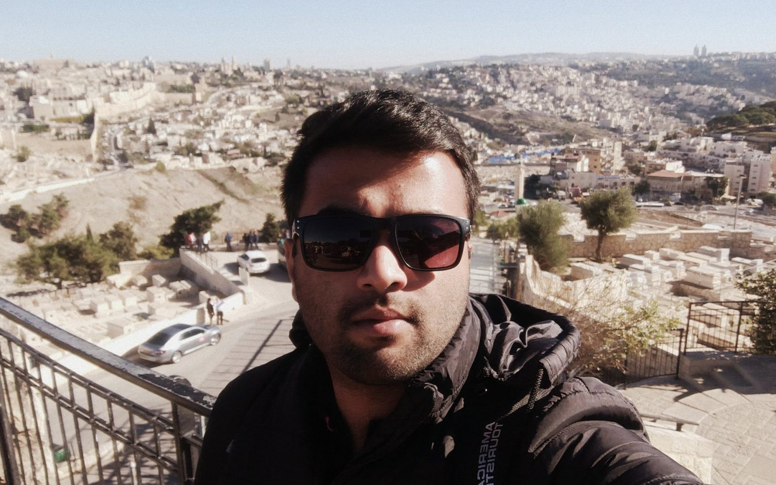 """סיבה סאי, העובד ולומד בבית הספר לרפואה ע""""ש סקאלר באוניברסיטת תל אביב, במהלך ביקור בהר ציון. סאי תקוע נכון לעכשיו בהודו על רקע מגפת הקורונה (צילום: באדיבות המצולם, סאי דרך JTA)"""