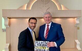 """רוס קריל, נשיא הקהילה היהודית של האמירויות, משמאל, מארח את ראש הממשלה הקנדי לשעבר סטיבן הרפר בבית הכנסת שלו בדובאי, המכונה """"הווילה"""", אפריל 2019 (צילום: courtesy)"""