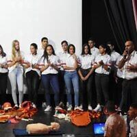 """בני נוער מתנדבים בתחנת מד""""א ברחובות בטקס הוקרה בעיר. מימין: ציון בוארון, יו""""ר ועד המתנדבים"""