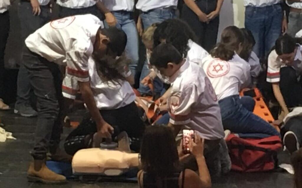 מתנדבים במד״א רחובות מדגימים טיפול החיאה בחולה
