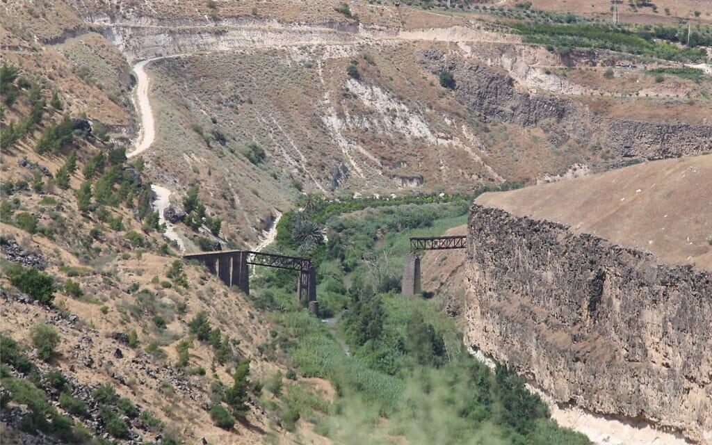 """הגשר ההרוס מעל לאפיק הירמוך פוצץ על ידי כוחות הפלמ""""ח ב-1946 (צילום: שמואל בר-עם)"""